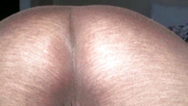 Milf se masturba en senoras mexicanas follando el sofá sin quitarse los tacones de charol rosa