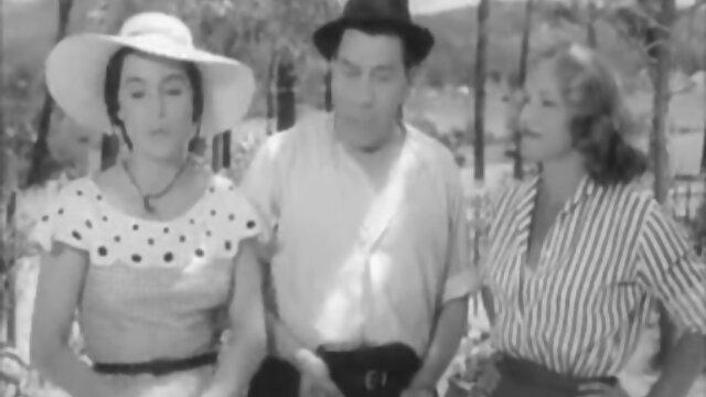 Lesbianas maduras y jóvenes lamen coños tiernos en la cocina sin siquiera desvestirse cogiendo con señoras mexicanas