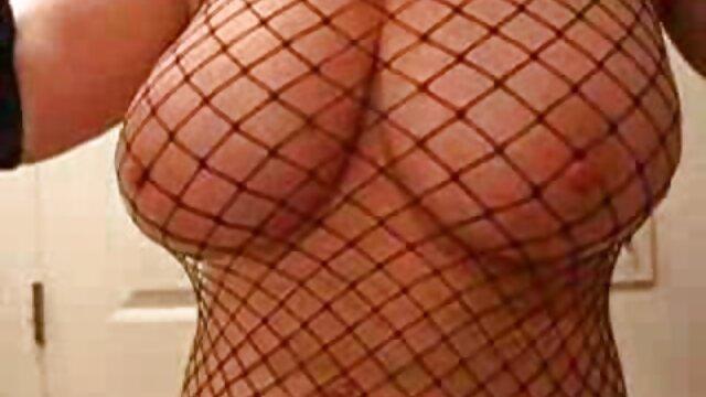 Chica muy delgada se masturba a través de señoras mexicanas cogelonas pantimedias sentada en la mesa