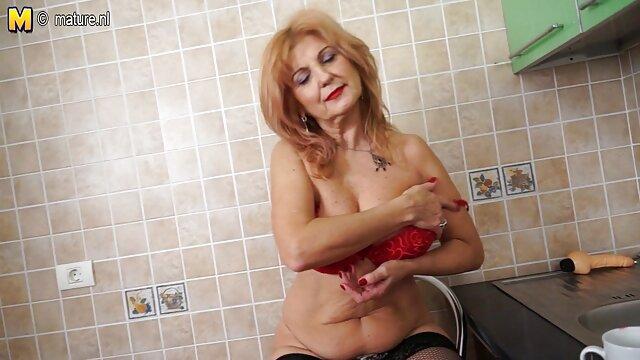 Inserta bruscamente señoras mexicanas follando a una morena con medias en el culo y le rompe un gran agujero en el ano